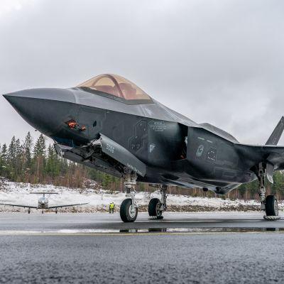 F-35 Lightning II Satakunnan lennoston kentällä Pirkkalassa.