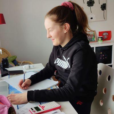 Lilian Korhonen opiskelee kotona