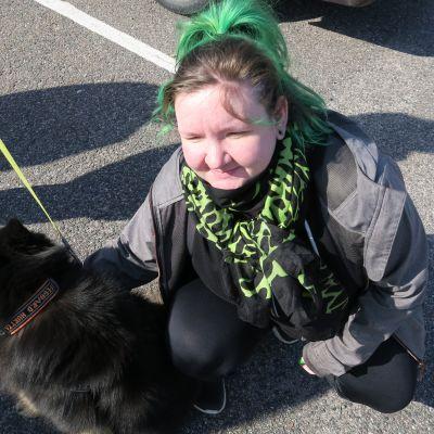 Kaarinalainen Sanna Partanen hyvästelee Ressu-koiran ainakin kolmeksi viikoksi.