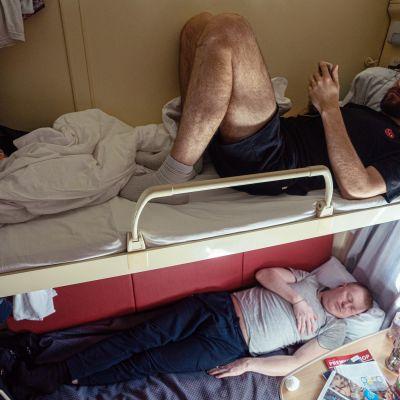 Kaksi miestä makaa junan hytissä.