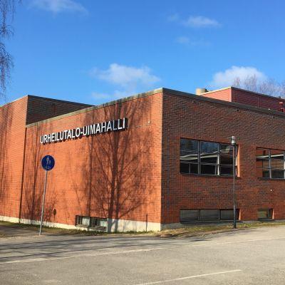 Outokummun 1984 käyttöön otettu urheilutalo sijaitsee samassa rakennuksessa 1970-luvulla valmistuneen uimahallin kanssa.