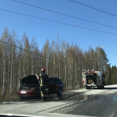 Auto paloi korjauskelvottomaksi valtatie kuudella Joensuussa.