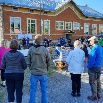 Porin Reposaaren asukkaita puolustamassa kaupunginosan koulua 10.6.2020 pidetyssä tilaisuudessa.