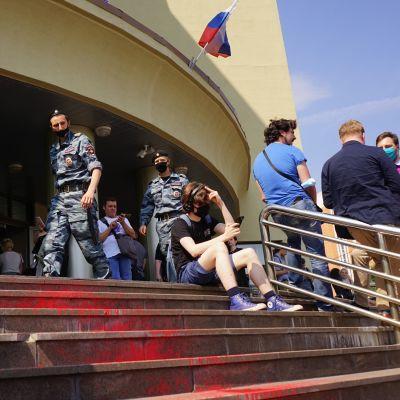 Ihmisiä moskovalaisen oikeustalon edessä