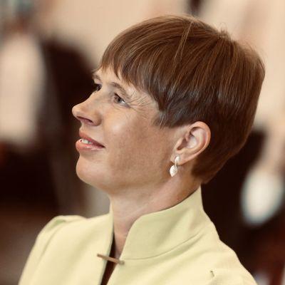 Estlands president Kersti Kaljulaid på den estniska ambassaden i Berlin. Närbild.