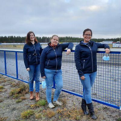 Kolme naista seisoo Nikulan ravikeskuksessa.