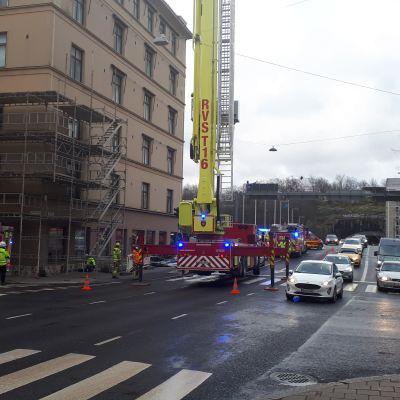 Hälytysajoneuvoja julkisisutyömaan edustalla Turussa.