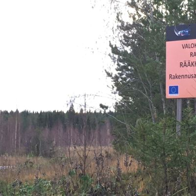 Valokuituverkon rakentamiskyltti maantien pientareella Rääkkylässä.