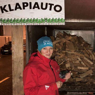 Mervi Takaeloila ostaa puita Marko Manniselta.