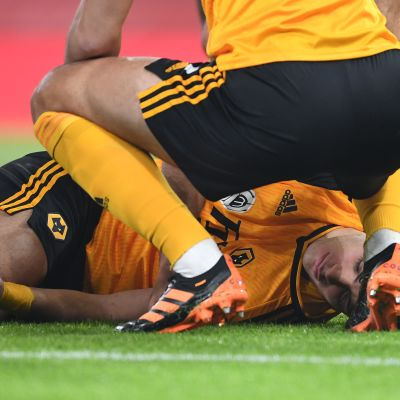 Raul Jimenez makaa kentän pinnassa.