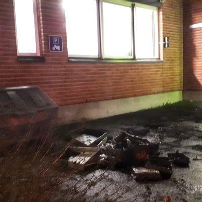Pieni määrä palojätettä VTT:n tutkimuskeskuksen pihassa Jyväskylässä.