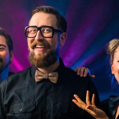 Gogi Mavromichalis, Matti Airaksinen ja Emma Karasjoki esiintyvät Vuosi vaihtuu 2020 -lähetyksessä.