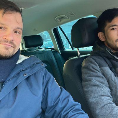 Lauri Muranen ja Amir Husseini autossa.