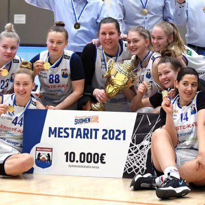 Peli-Karhut juhlii naisten koripallon Suomen Cupin loppuottelun Espoo Basket Team vs Peli-Karhut jälkeen 14. helmikuuta 2021 Espoossa. PeKa kukisti Espoo Basket Teamin lukemin 98-81.