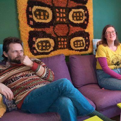 mies ja nainen istuu sohvalla