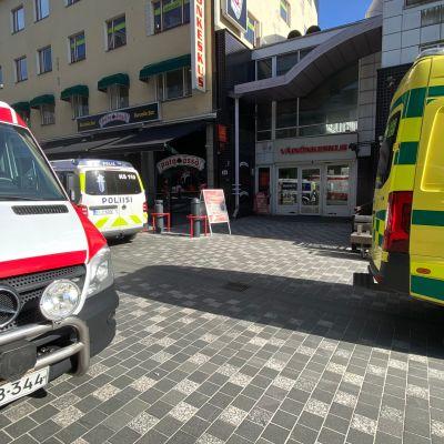 Kaksi ambulanssia ja poliisiauto Väinönkadulla Jyväskylässä.