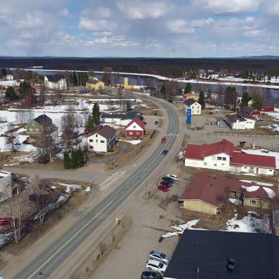 Pelkosenniemen kuntakeskus ilmakuvassa. Etualalla kylän läpi johtava tie, oikeassa reunassa Kitinen.