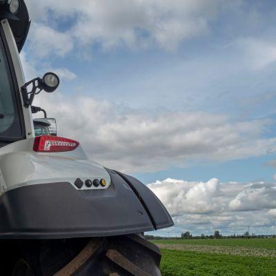 Peltomaisema traktorin takana.