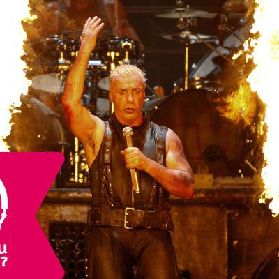 Sångaren Till Lindemann i Rammstein på scenen inramad av två stora eldstoder.