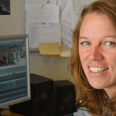 Lone Widestam är redaktör på Svenska Yle och arbetar för Radio Vega Östnyland.