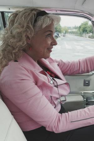 Anita Hallapelto kör sin bil av märket Cadillac.