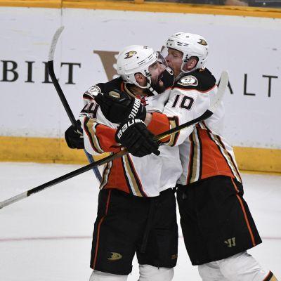 Corey Perry och Nate Thompson firar Anaheims seger borta mot Nashville i den fjärde konferensfinalen i NHL.