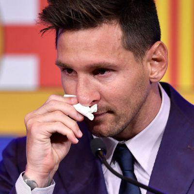 Leo Messi torkar sig med näsduk.