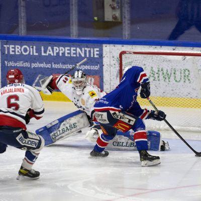 Joel Blomqvist blir bortfintad av Henry Karjalainen.