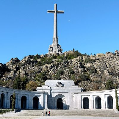 Mausoleet i De stupades dal vid ett berg med ett enormt kors.