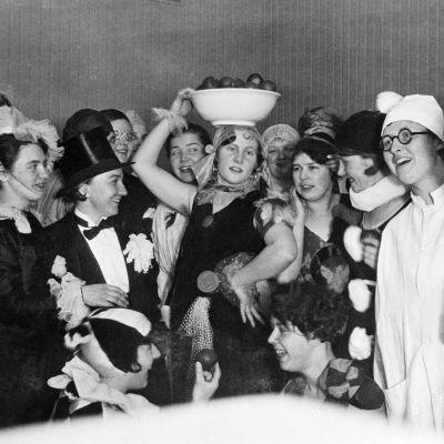 Vuosikurssin 1928 sairaanhoito-opiskelijoiden naamiaiset.