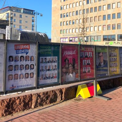 Eduskuntavaalien lähestyminen näkyy Joensuun keskustassa.