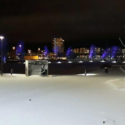 Joensuun Ilosaari talvi-iltana.