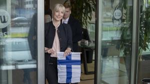 Laura Huhtasaari med en Finlands flagga i handen.