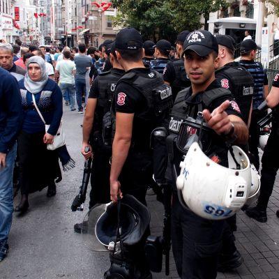 Vittumainen poliisi yrittää estää kuvaamista Istanbulissa