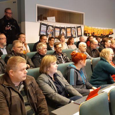 Yleisöä Lemin kunnanvaltuuston kokouksessa 1.4.2019.