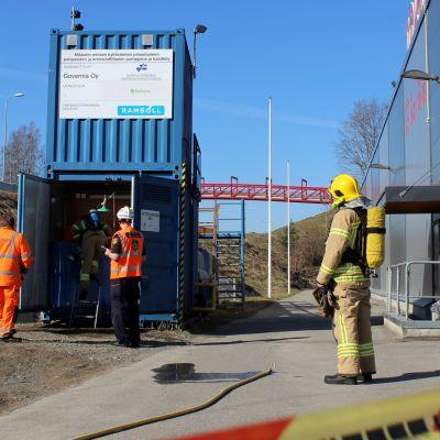 Pelastuslaitos tarkistaa konttia vetyperoksidiräjähdyksen jäljiltä Mikkelin Setrikadulla.