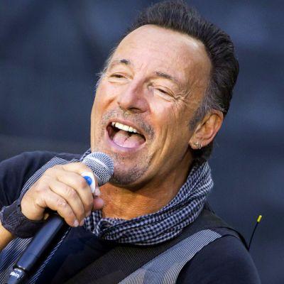 Bruce Springsteen sjunger i en mikrofon.