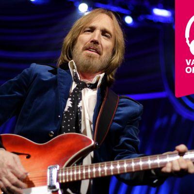 Tom Petty spelar elgitarr.
