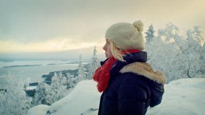 Elli som är en av flickorna i dokumentären Matka minuksi står på ett snöklätt berg och blickar mot framtiden.