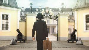 Mies seisoo ison talon edessä.