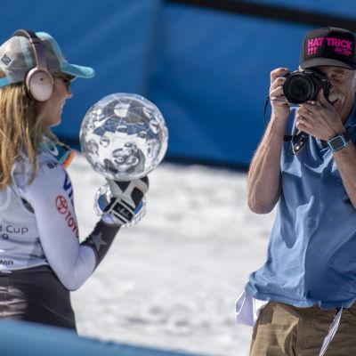 Jeff Shiffrin fotograferar Mikaela efter en tävling i mars 2019.