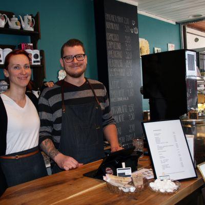 Kahviputiikki Papulaarin yrittäjät Tiia ja Kimmo Kero.