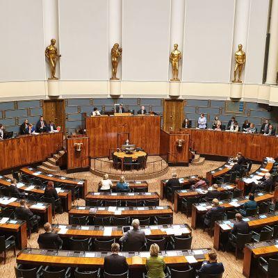 Eduskunta järjestäytynyt poikkeuksellisesti koronaviruksen takia. Hallitus jakautunut myös virkamiesaitioon ja edustajia vain n. 60 salissa. Loput etänä.