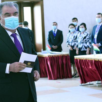 Tadzjikistans enväldige president Emomalii Rahmon omvaldes för femte gången med över 90 procent av rösterna.