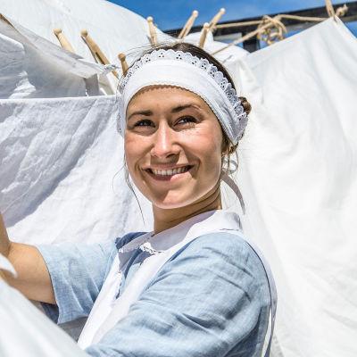 Rosalinde Mynster som pigan Fie i den andra säsongen av Badhotellet.