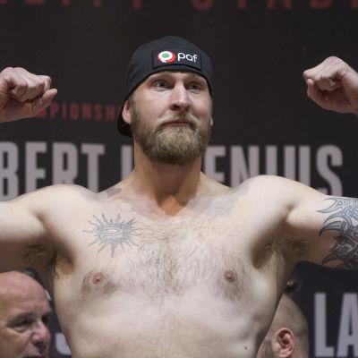 Robert Helenius visar sina muskler.