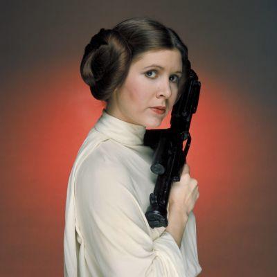 Prinsessan Leia håller i ett vapen, reklambild från filmen A New Hope 1977.