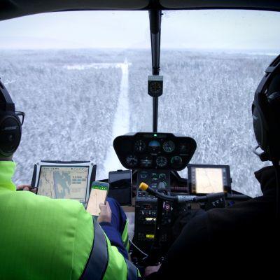 Järvi-Suomen Energian työntekijä tarkastamassa sähkölinjaa helikopterista.