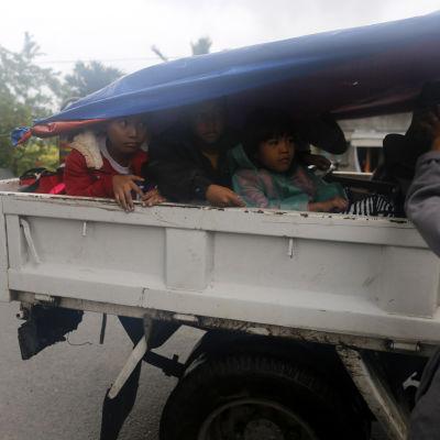 Tiotusentals människor evakuerade undan tyfonen från låglänta områden i de norra delarna av storön Luzon