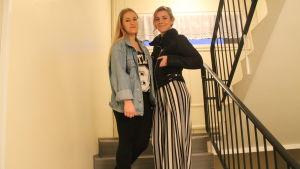 Merjema Dizdarevic och Melisa Elkaz står i trappan